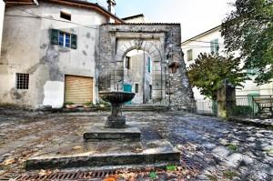 Fontana di fronte al Sacrario Cason dell' Alta di Gaggio Montano - (BO)