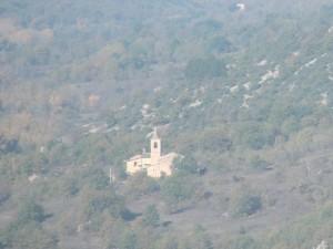 Chiesa di Santa Maria del Ponte immersa nella valle dell'Aterno in autunno.