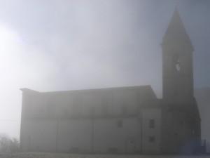 Chiesa di S. Michele Arcangelo emerge dalla nebbia.