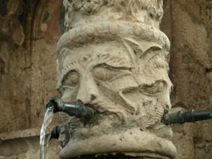 Mascherone della fontana trecentesca di Fontecchio (AQ)