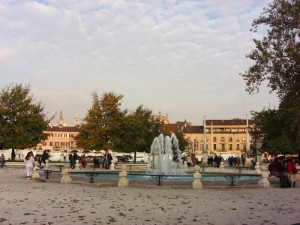 la fontana di Prato della Valle con i campanili del Santo sullo sfondo