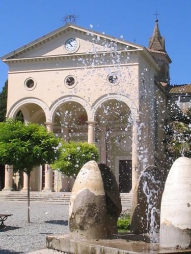 Rosignano Marittimo - Vada La chiesa attraverso la Fontana