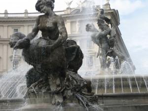 Ninfe sguazzano in piazza della Repubblica