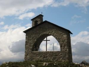 Chiesetta alpina fra le nuvole