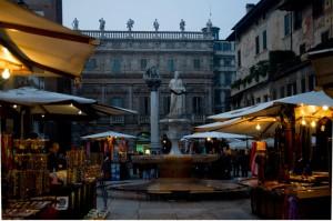 fontana piazza delle erbe a Verona con palazzo maffei alle spalle