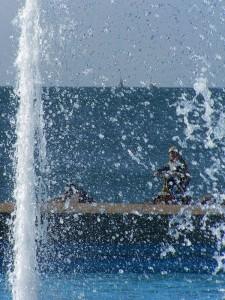 dietro l'acqua della fontana di barcola si vede il mare