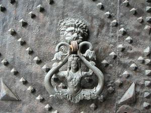 Sirena bicaudata sul portale della Chiesa della SS. Annunziata ad Aversa.