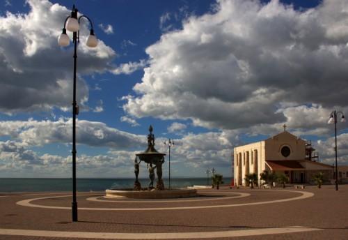 Manfredonia - La fontana e le nuvole