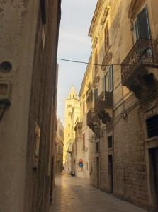 campanile nella strada