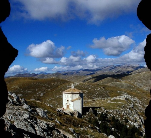 Calascio - La chiesa vista dal castello