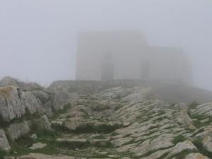 Chiesa di San Costanzo nella nebbia