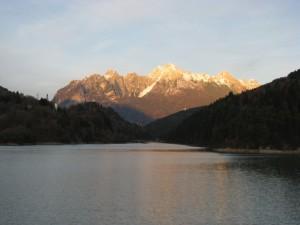Una piccola chiesa e un grande lago
