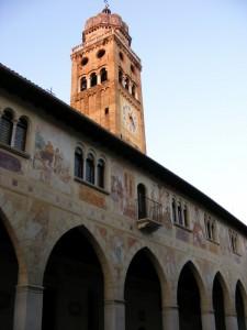 Il Duomo con la torre campanaria