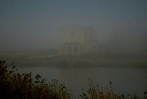 Madonna del lago tra la nebbia