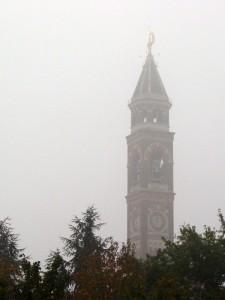Campanile tra la nebbia