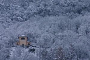 Santuario della Rovinata nel candore invernale