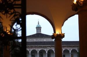Il campanile tra gli archi.