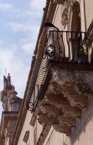 Santuario Madonna del Carmine e balcone barocco del convento