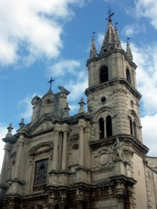 Acireale - Chiesa S. Pietro e San Paolo, ultimo ordine della facciata e campanile