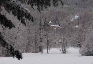 La chiesa di Beaulard sotto una nevicata