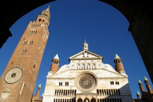 Il Torrazzo e la chiesa di Cremona