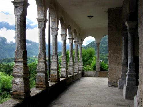 Premia - Portico della chiesa di Crego di Premia