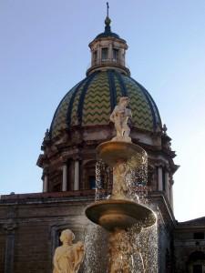 La cupola di S.Giovanni dei Teatini dietro lo statuario gioco d'acqua  della Fontana Pretoria