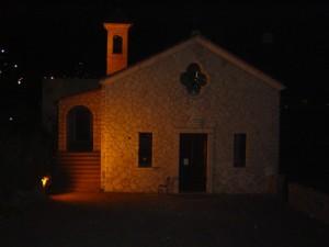 chiesa sul mare di notte