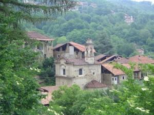 chiesa immersa nel verde della valle