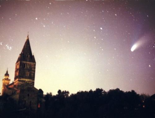 Cogorno - la cometa a  custodire la basilica dei Fieschi anno 1997