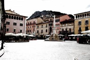 Fontana di Piazza Obelisco a Tagliacozzo (di giorno)