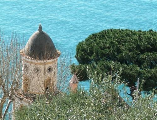 Amalfi - La piccola cupola, il pino e il mare