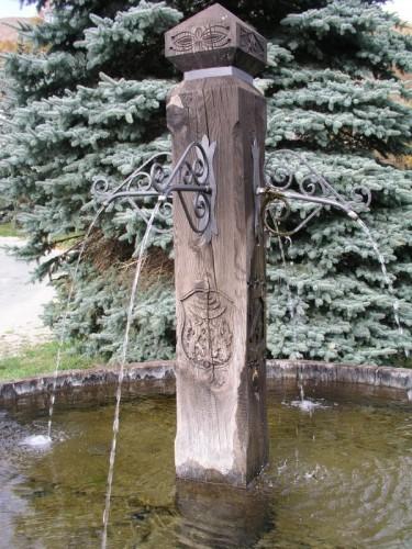 Pragelato fontana a ricordo degli emigrati di pragelato for Fontane in legno