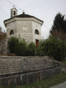 chiesa e vecchia fontana di Tussui
