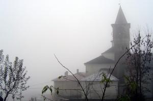 bugnate,chiesa e campanile immersi nella nebbia..