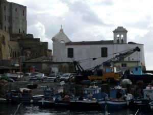 La vecchia chiesa dei marinai, sul porticciolo di Pozzuoli
