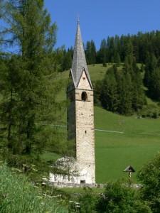Il campanile di San Genesio sopravvissuto alla slavina