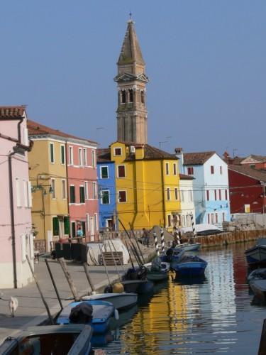 Venezia - Il campanile di San Martino nel caratteristico cromatismo di Burano