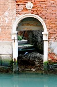 venezia entrata secondaria di una chiesa, canal grande