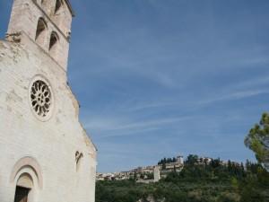 Chiesa di S. Claudio e Spello sullo Sfondo