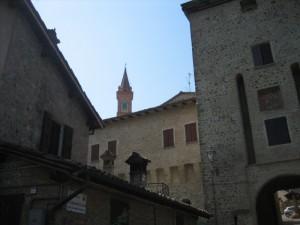 Scorcio di campanile dal borgo di Savignano…