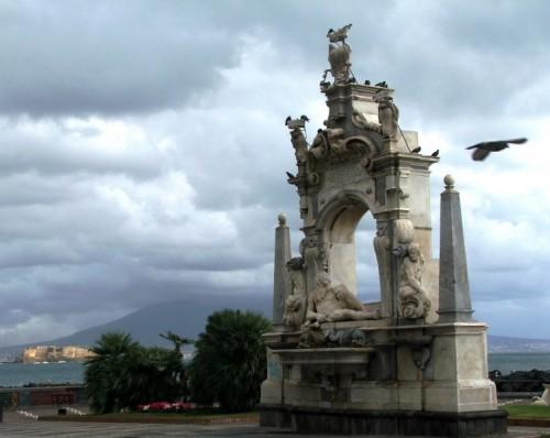 Napoli - La fontana, il castello e il piccione