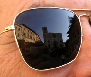 Occhiali da sole a Todi. La cattedrale.