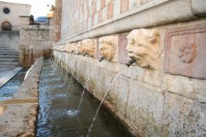 L'Aquila fontana 99 cannelle