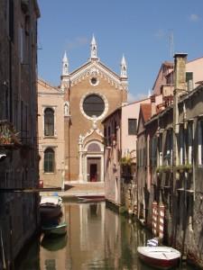 Rio con chiesa