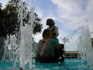 fontana con donnina