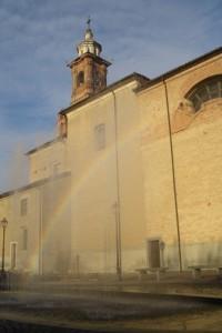 arcobaleno mattutino tra fontana e chiesa