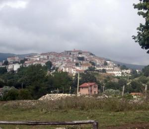 Un campanile domina sul borgo