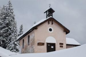 chiesetta innevata vicino alla malga romeno
