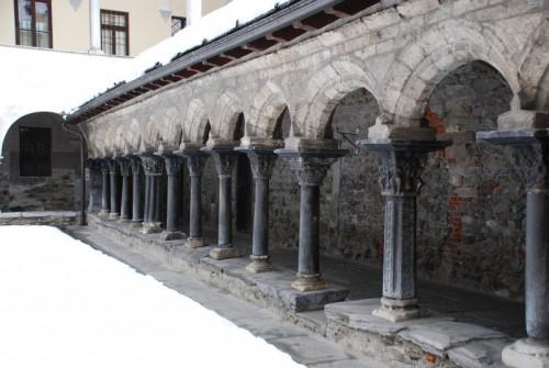 """Aosta - """"Fuga"""" di capitelli nel Chiostro di S. Orso"""